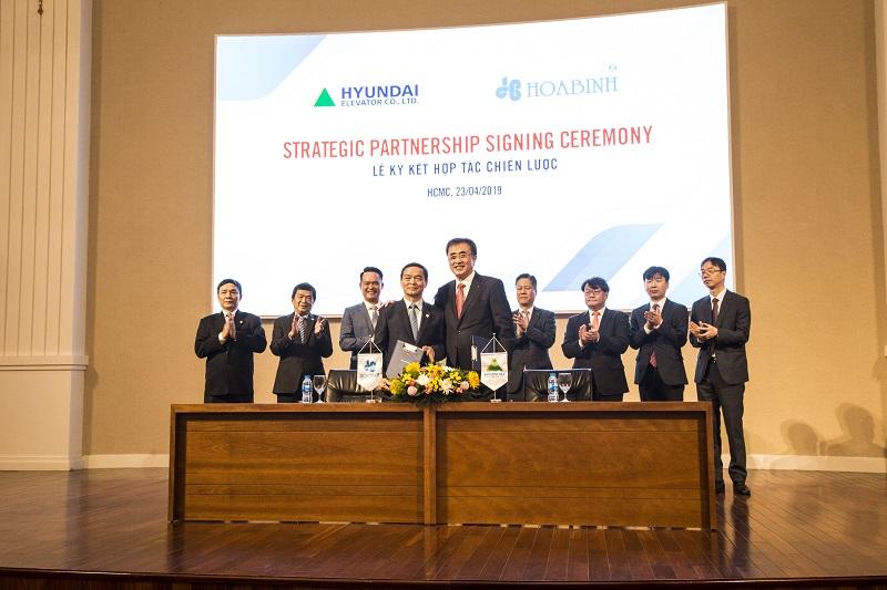 Ký kết thỏa thuận với Công ty Cổ phần Tập đoàn Xây dựng Hòa Bình về phát hành riêng lẻ và hợp tác chiến lược.